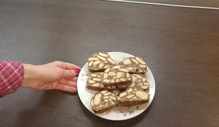 Вкусная колбаска из печенья и какао готова.