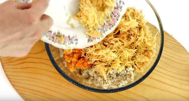 Смешиваем в миске картофель и пропущенные через мясорубку перловку и овощи.
