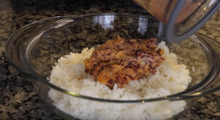 Смешиваем фасолевую массу с ранее отваренным рисом.