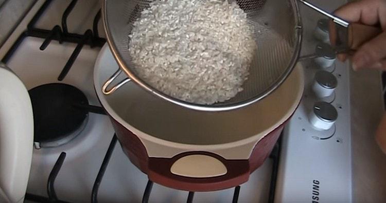 рис тоже хорошо промываем.
