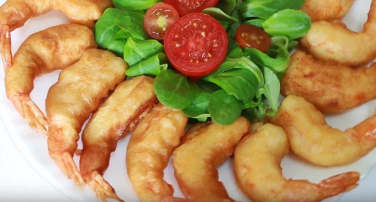 Аппетитные креветки в кляре можно подавать с разными соусами.