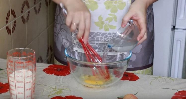 Выбиваем к чесноку яйцо, добавляем воду.