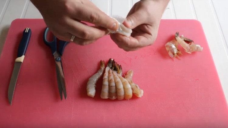 Остатки кишечника у креветки можно брать при помощи салфетки.