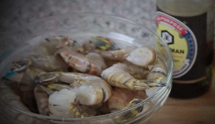 если креветки замороженные, размораживаем их.