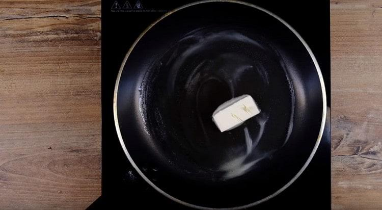 Для приготовления гренок разогреваем сковороду со сливочным маслом.