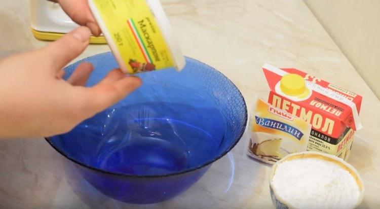 Продукты для приготовления этого крема должны быть хорошо охлажденными.