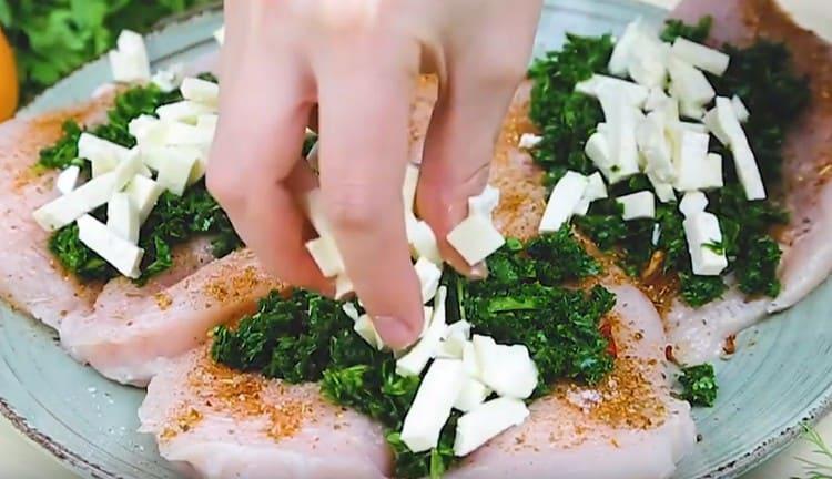 Выкладываем на куриное филе измельченный шпинат и брынзу.