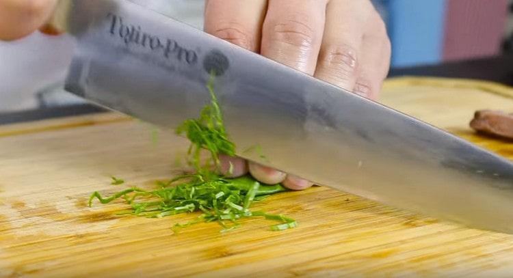 Измельчаем несколько листиков базилика и тоже добавляем в блюдо.