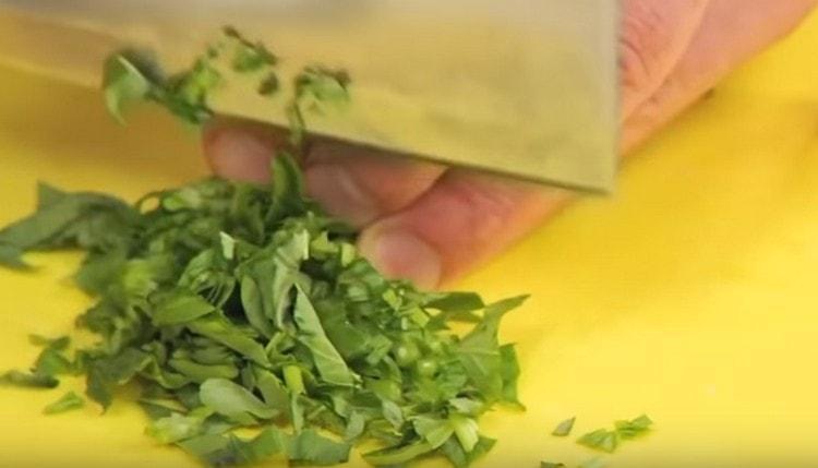 Измельчаем свежий базилик и добавляем в соус болоньезе.