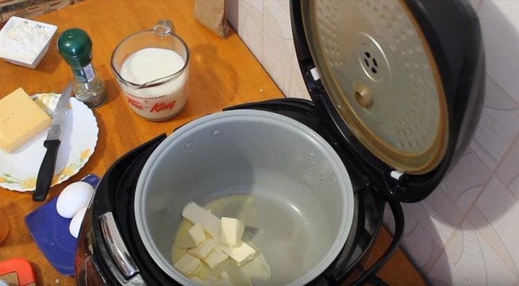 В числу чашу мультиварки выкладываем сливочное масло.