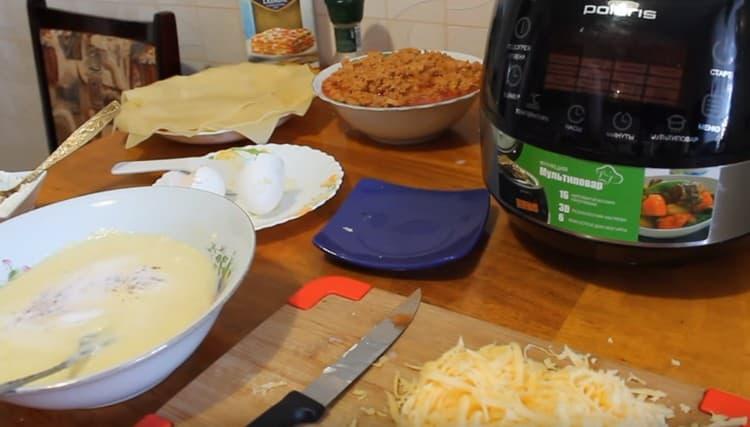 Добавляем в соус соль и мускатный орех.