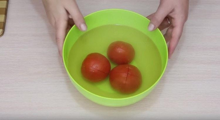 Заливаем кипятком помидоры.