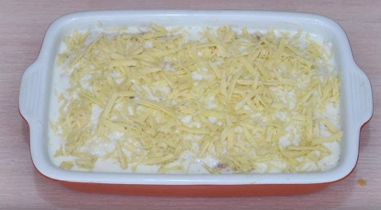 Последний слой блюда это смазанный молочным соусом и посыпанный сыром лаваш.