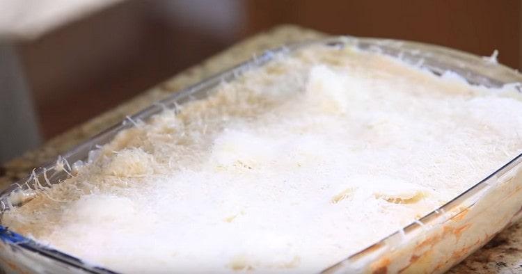 Последним слоем лазаньи должен быть сыр.