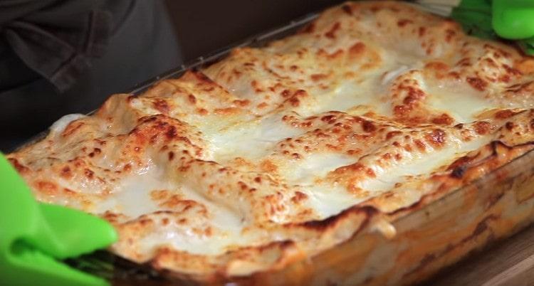 лазанья, приготовленная с соусом бешамель оп классическому рецепту, это необычайно вкусно.