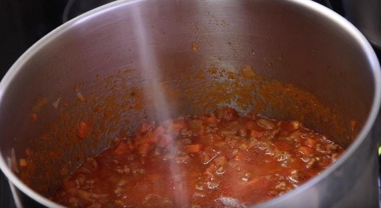 Под конец приготовления перчим и солим соус болоньезе по вкусу.
