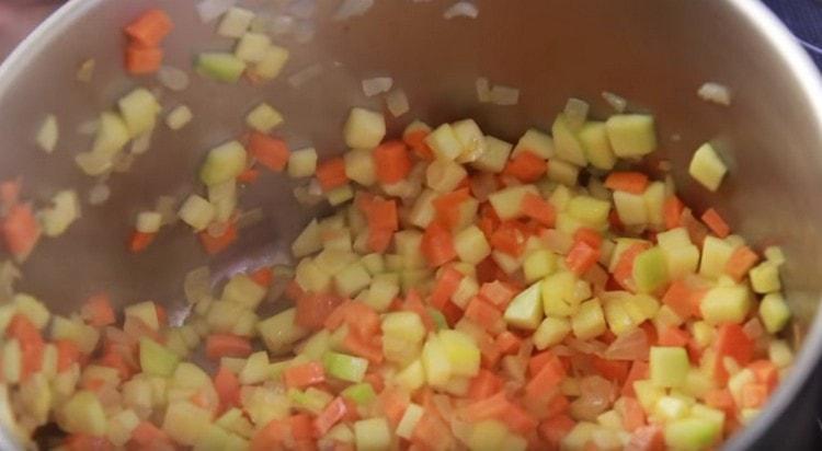 Добавляем морковь, кабачок и тушим овощи вместе.