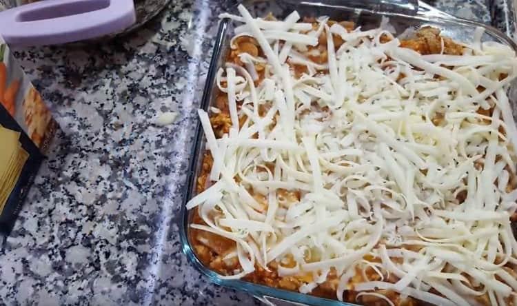Собранное блюдо посыпаем натертым на терке сыром.