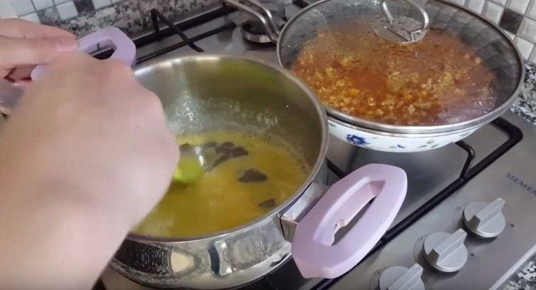В растопленное масло добавляем муку и перемешиваем.
