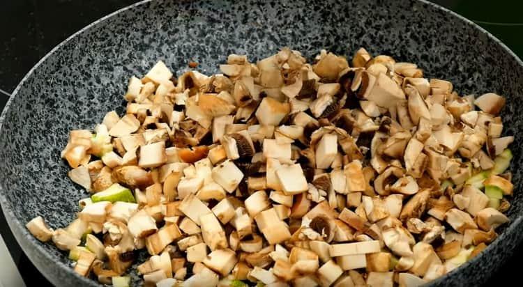 Отдельно обжариваем грибы с кабачками.