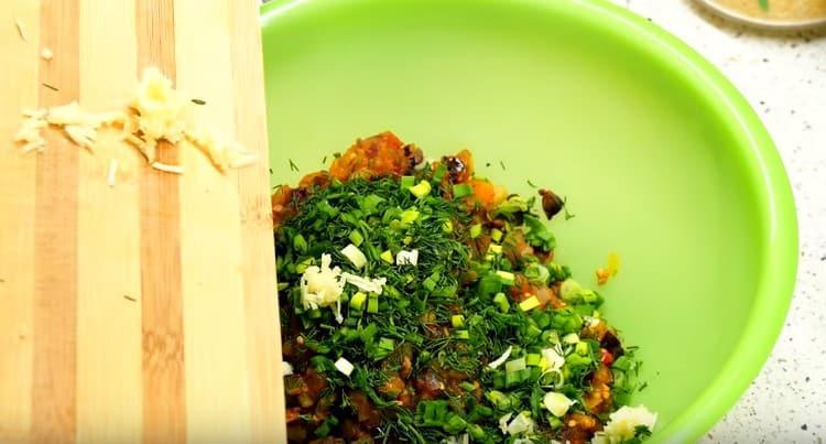В начинку добавляем измельченную зелень и чеснок.