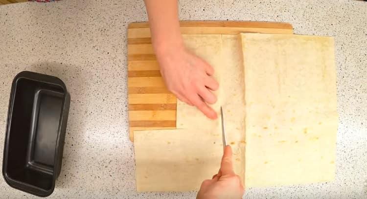 По форме вырезаем листы лаваша.