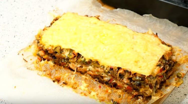 Такая лазанья с фаршем, приготовленная из лаваша в духовке, получается сытной, сочной и очень вкусной.
