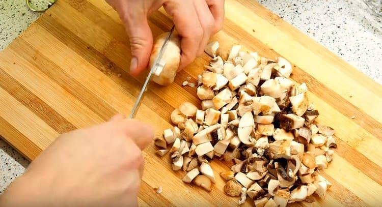 Мелким кубиком нарезаем грибы.