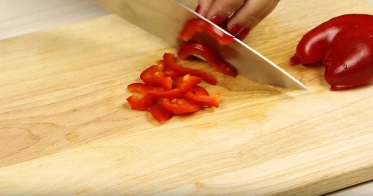 Соломкой нарезаем болгарский перец.