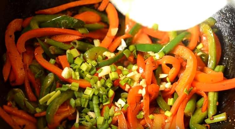 Добавляем к овощам измельченный зеленый лук.
