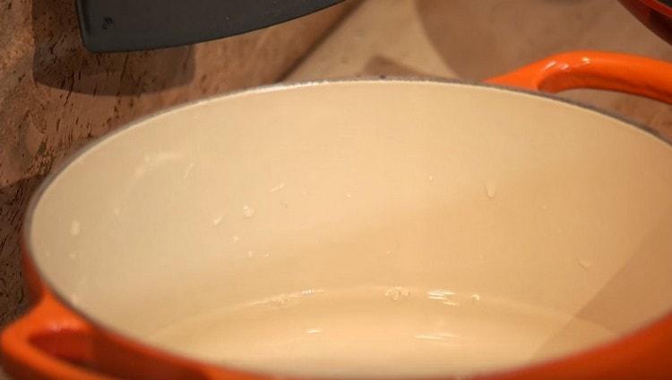 Ставим кастрюлю с водой для лапши.