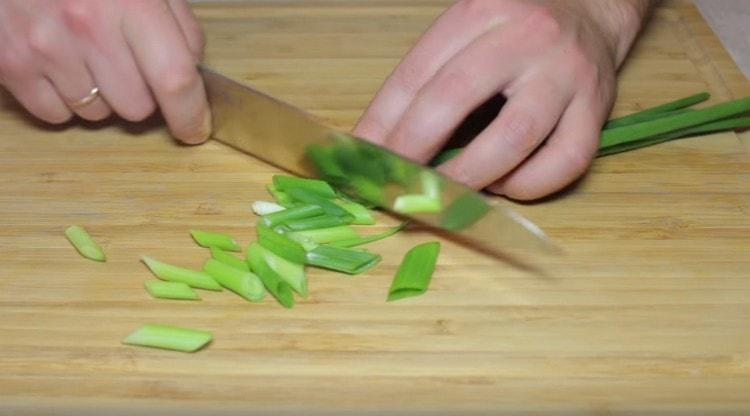 Нерезаем зеленый лук.