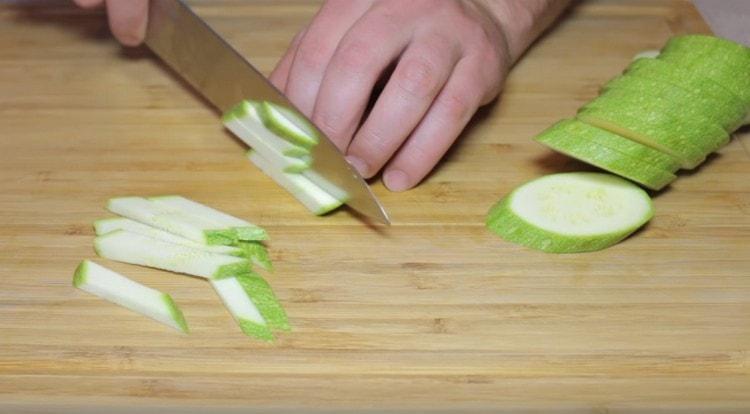 Кабачок режем тонкими брусочками.