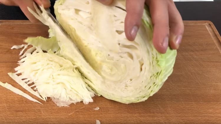 Шинкуем мелко капусту.