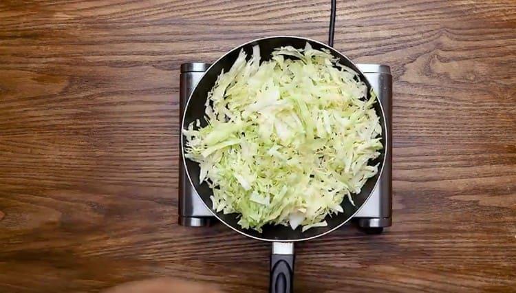 Капусту шинкуем и притушиваем на сковороде.