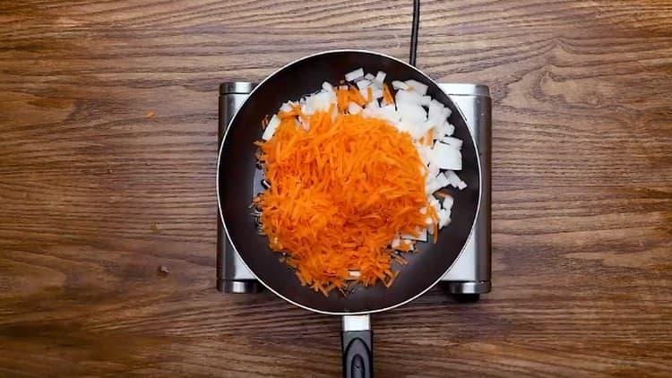 Измельчаем лук, натираем морковь и тоже обжариваем их на отдельной сковороде.