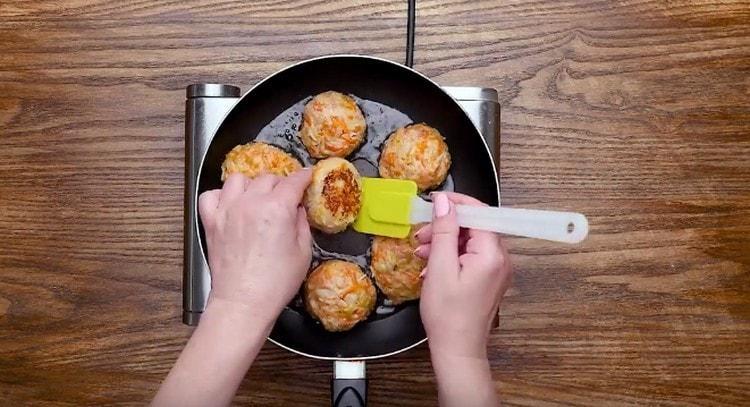 Формируем из фарша шарики и обжариваем их на сковороде.