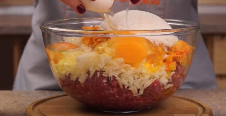 Мясной фарш, капусту, лук с морковью и рис соединяем в одной миске, добавляем яйца.