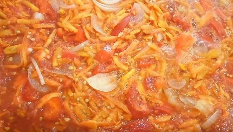 В кастрюлю закладываем все подготовленные овощи и варим.