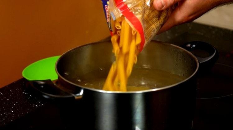 В кипящую подсоленную воду выкладываем макароны.