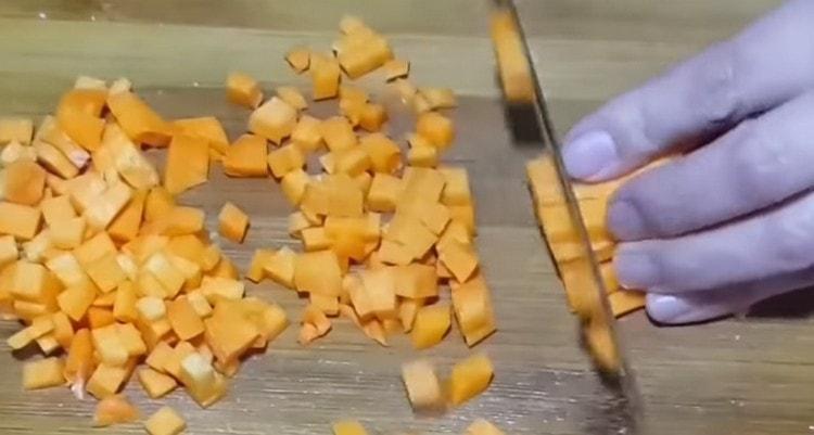 Нарезаем мелким кубиком тыкву.