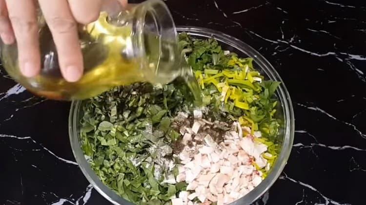 Соединяем все измельченные ингредиенты, заправляем солью, перцем, растительным маслом.