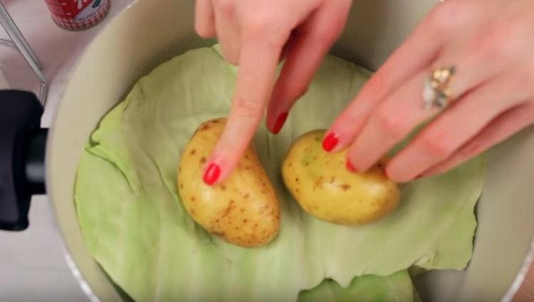 Накрываем голубцы еще одним листом капусты, сверху можно положить картофель.