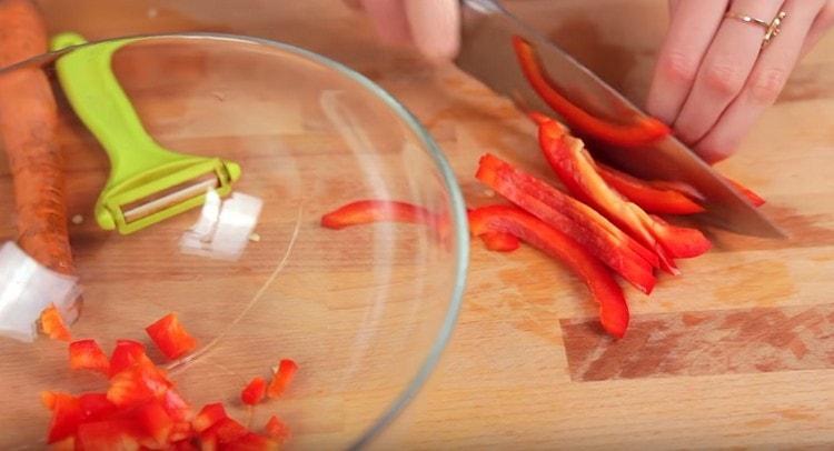 Нарезаем мелко болгарский перец.