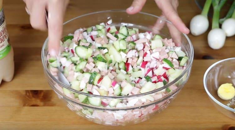 Перемешиваем компоненты блюда и ставим в холодильник.