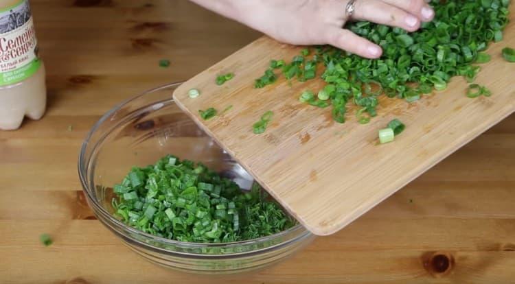 Измельчаем свежий зеленый лук, укроп.