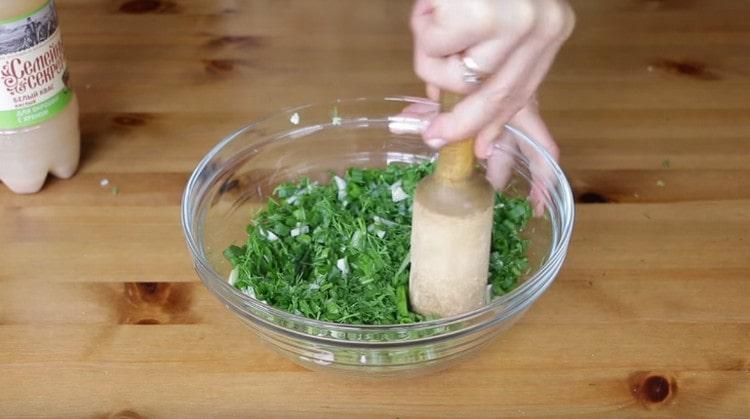 Добавляем к зелени соль и хорошо разминаем.