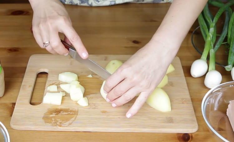 Кубиком режем отваренный картофель.
