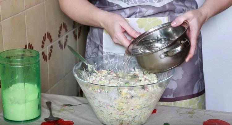 Перемешав минералку с солью, добавляем ее в окрошку.