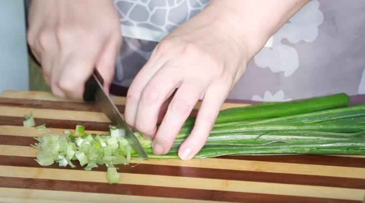 Измельчаем свежий зеленый лук, петрушку, укроп.